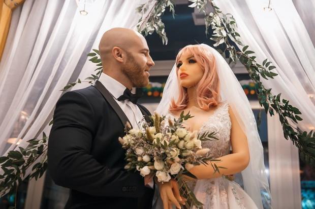 свадьба человека с куклой