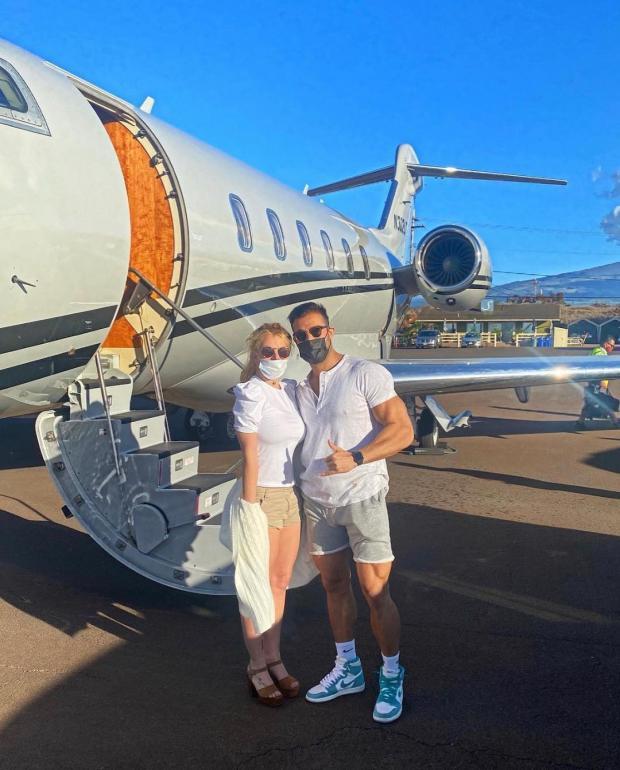 Бритни Спирс с молодым бойфрендом возле личного самолета