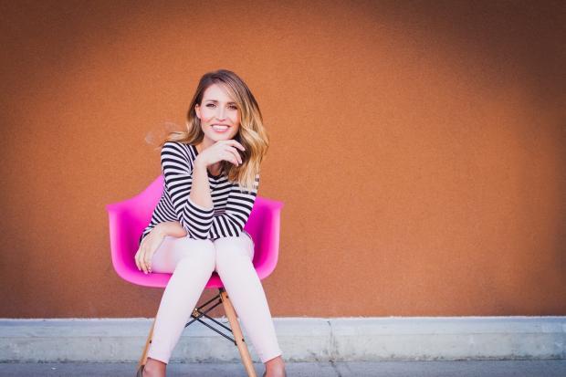 девушка в тельняшке сидит в розовом кресле