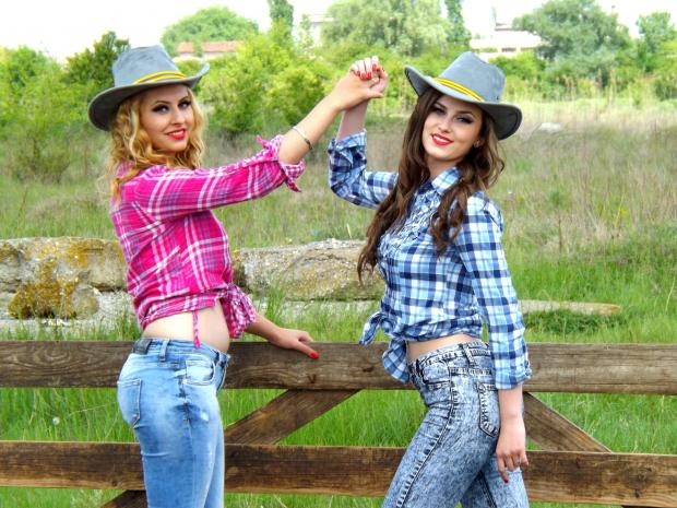 две девушки в ковбойских шляпах