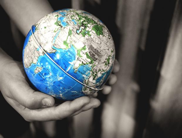 земной шар в руках