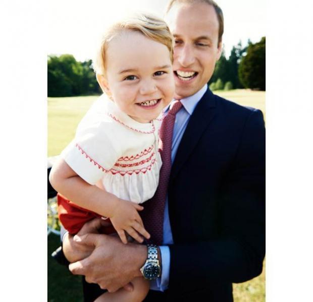Принц Уильям держит Принца Джорджа