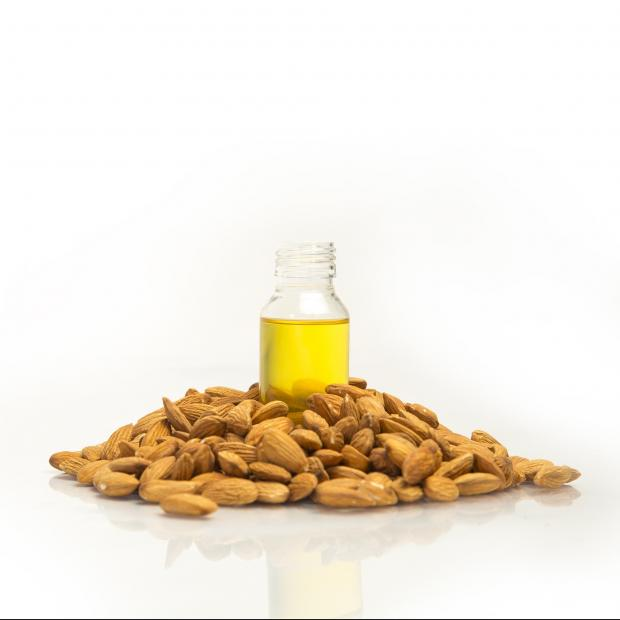 миндальные орехи, масло в пузырьке