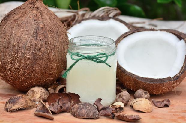 кокосовые орехи, масло в банке