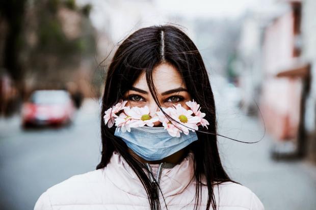 девушка в маске с ромашками