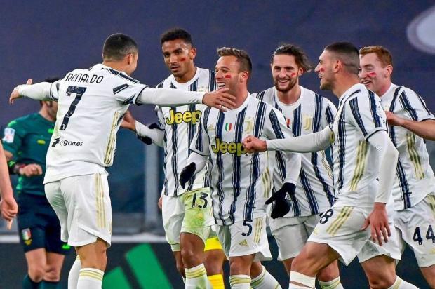 Криштиану Роналду празднует с командой забитый гол