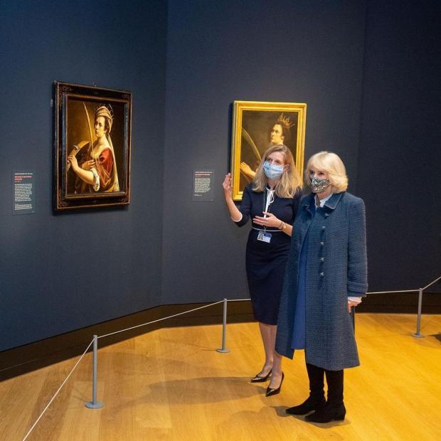 Камилла в картинной галерее