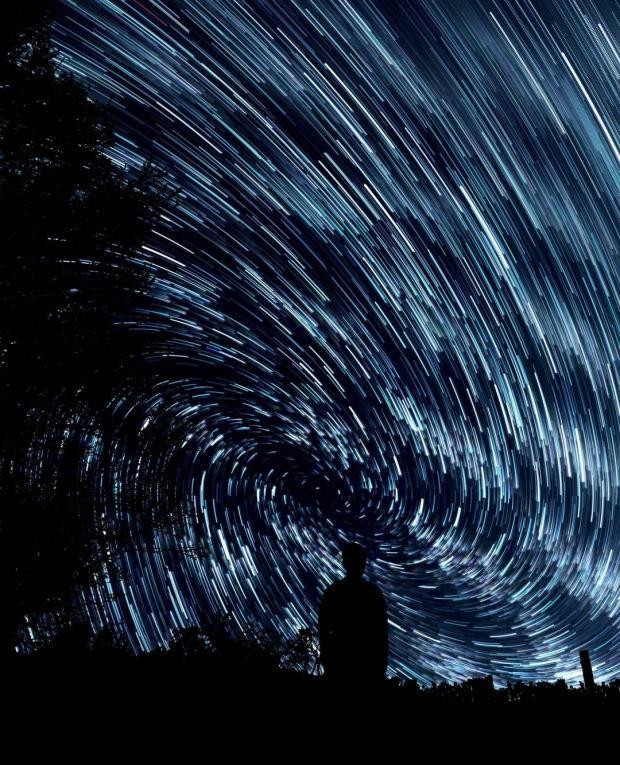 Тень человека на фоне звездного неба