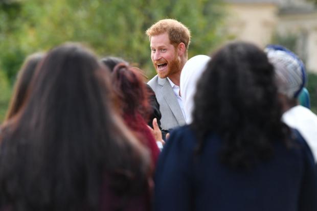 принц Гарри в толпе людей