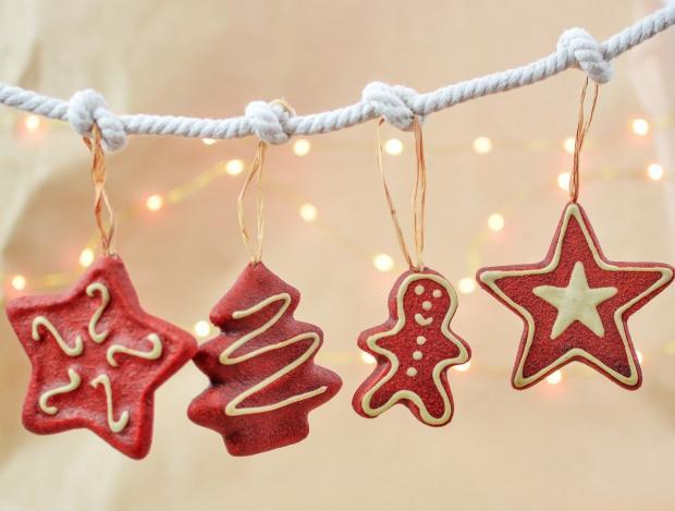 фигурные рождественские пряники висят на белой веревке