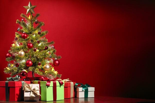 коробки с подарками стоят около новогодней елки