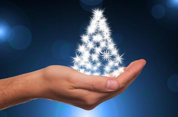 елка из белых снежинок на человеческой ладони