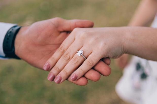 Мужчина держит за руку женщину