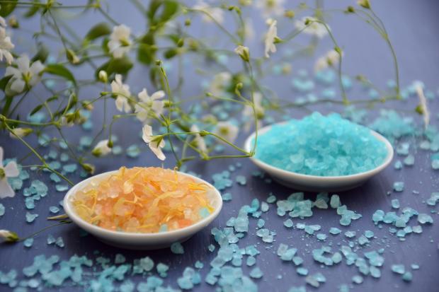 оранжевая и голубая морская соль в мисочках