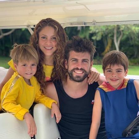 Шакира с мужем и сыновьями