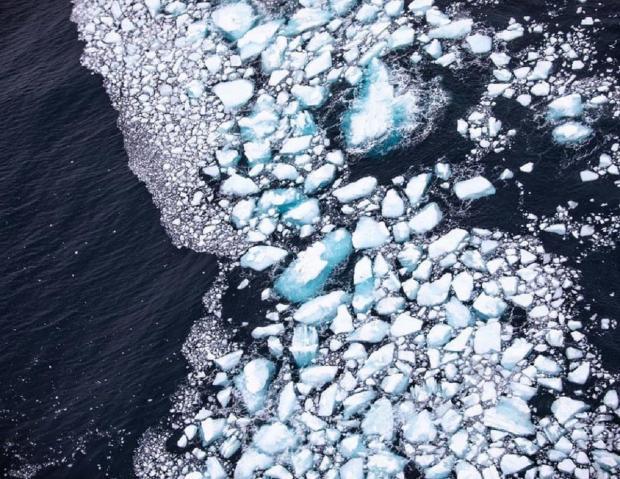 Обломки вокруг айсберга.