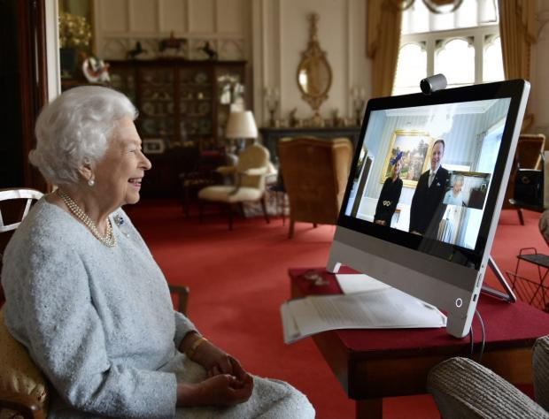 Елизавета II сидит в замке возле ноутбука