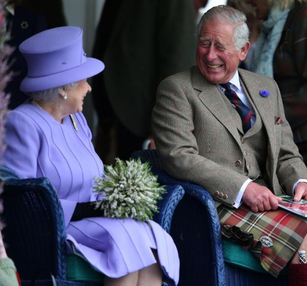 Елизавета II смеется вместе с сыном Принцем Чарльзем