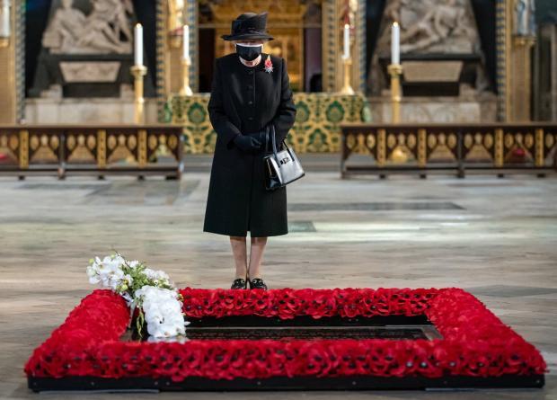 Елизавета II в черном наряде и маска для лица