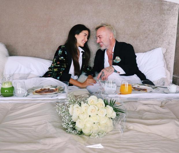 Джанлука Вакки вместе с невестой на кровати