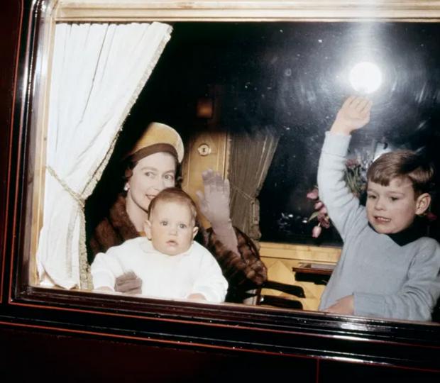 Молодая Елизавета II с маленькими детьми