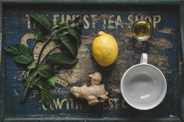 Мята лимон и имбирь на деревянной доске