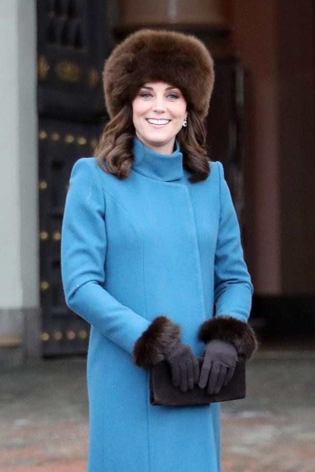 Кейт Миддлтон в голубом пальто и меховой шапке
