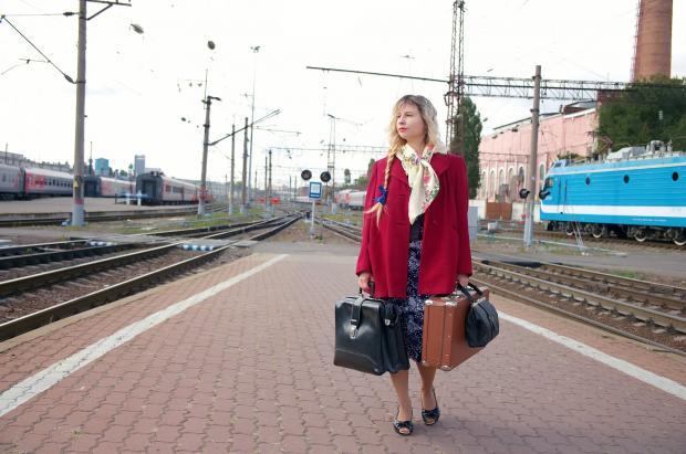 девушка с чемоданами на перроне вокзала