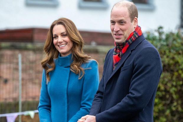 Кейт Миддлтон с голубом пальто вместе с Принцем Уильямом