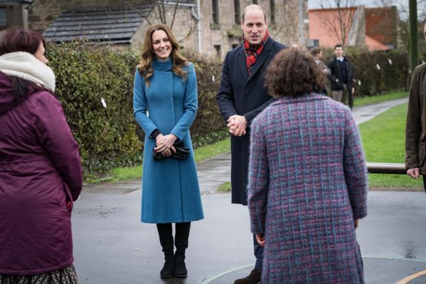 Кейт Миддлтон в голубом пальто с Принцем Уильямом