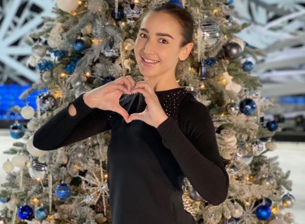 Ольга Бузова на фоне новогодней елки