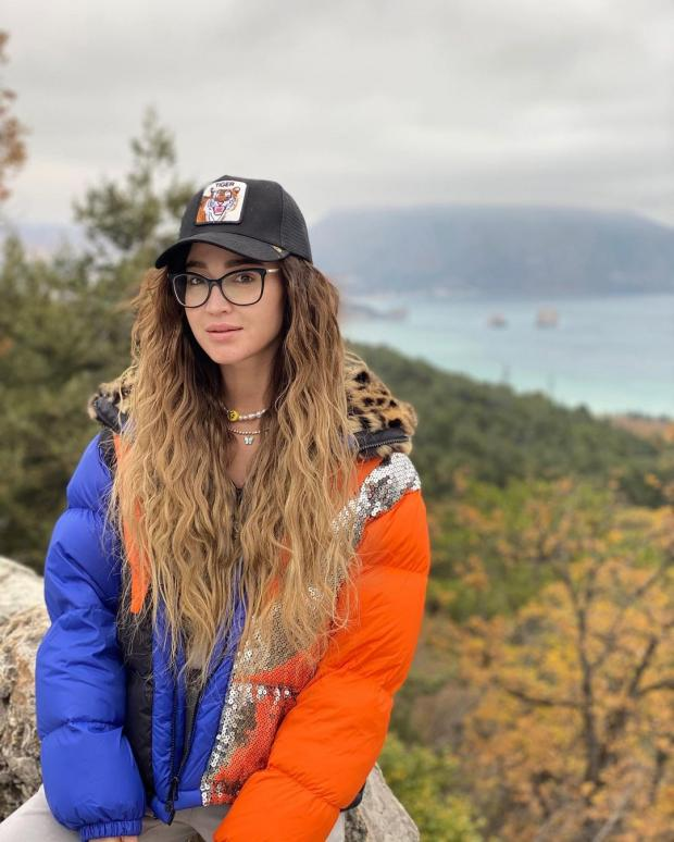 Ольга Бкзова в кепке и без макияжа