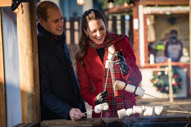 Принц Уильям и Кейт Миддлтон жарят зефир