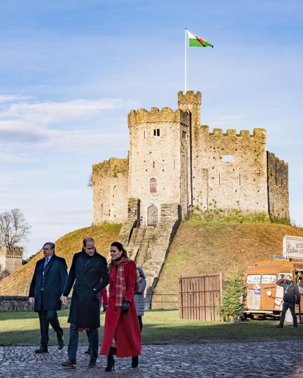 Кейт Миддлтон в красном пальто и Принц Уильям на фоне замка в Кардиффе