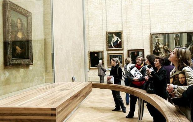 Посетители Лувра смотрят на Мону Лизу