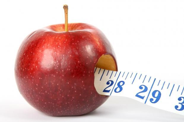 через яблоко протянут сантиметр