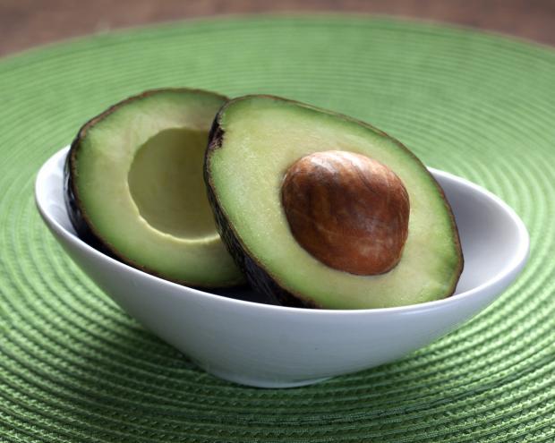 две половинки авокадо в тарелке