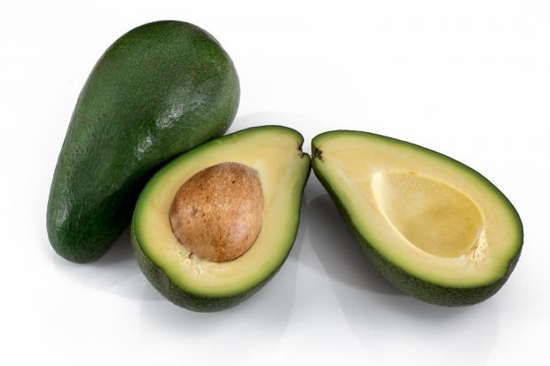 две половинки и целый авокадо