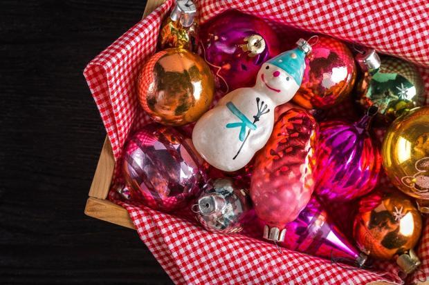 новогодние игрушки лежат в коробке