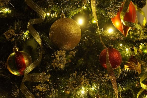 празднично украшенная новогодняя елка
