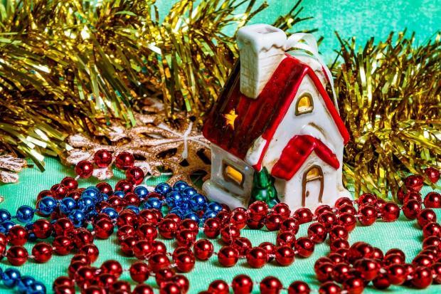рождественский домик с бусами и дождиком для елки