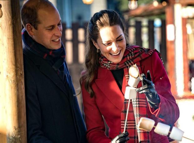 Кейт Миддлтон и Принц Уильям жарят зефир