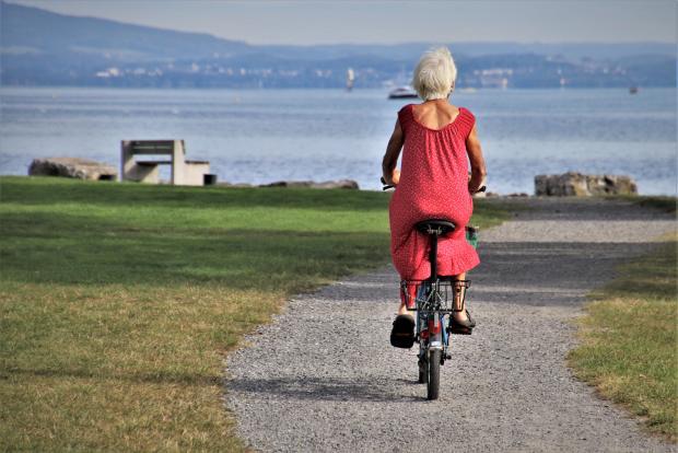 старушка на велосипеде