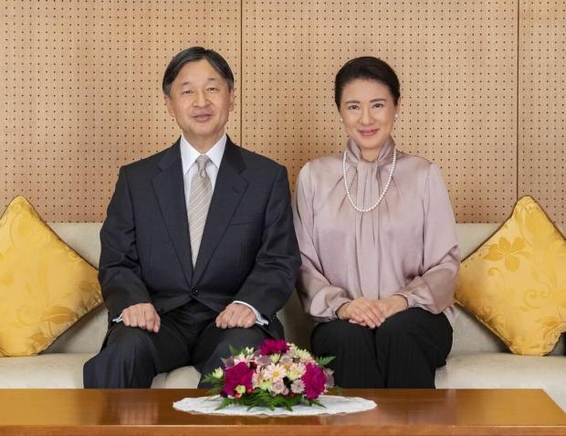 Император и императрица Японии позируют для официального портрета