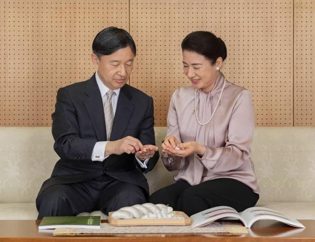 Император и императрица Японии лепят японские пельмени