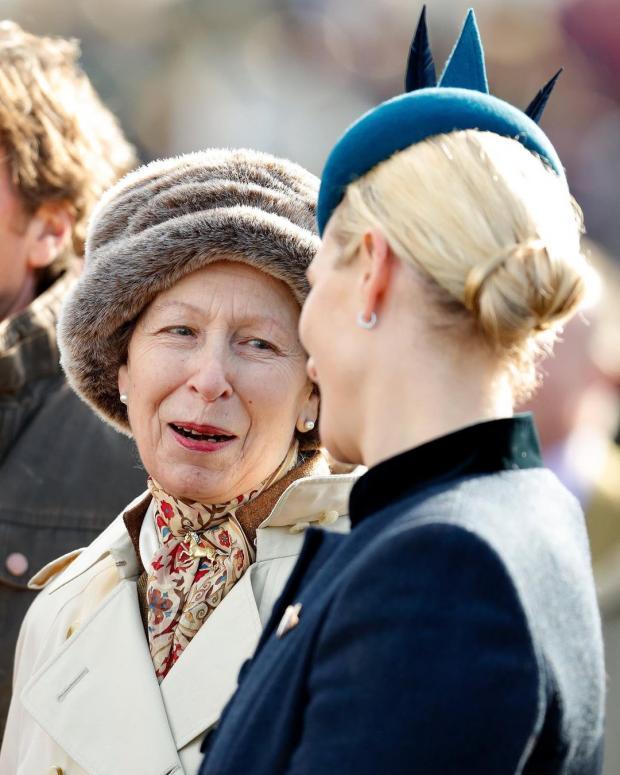 Принцесса Анна беседует с дочерью