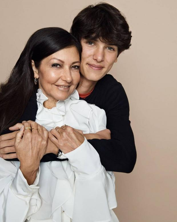 Александра позирует с сыном
