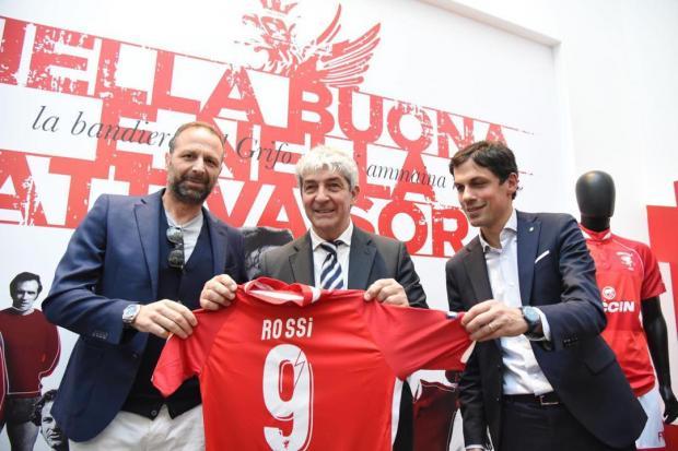 Паоло Росси держит футболку с своим именем