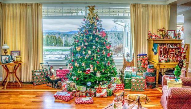 новогодний интерьер с украшенной елкой и подарками