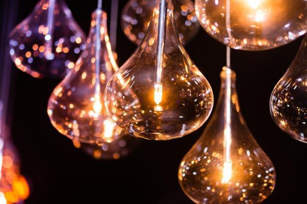 висит несколько ярких лампочек грушевидной формы